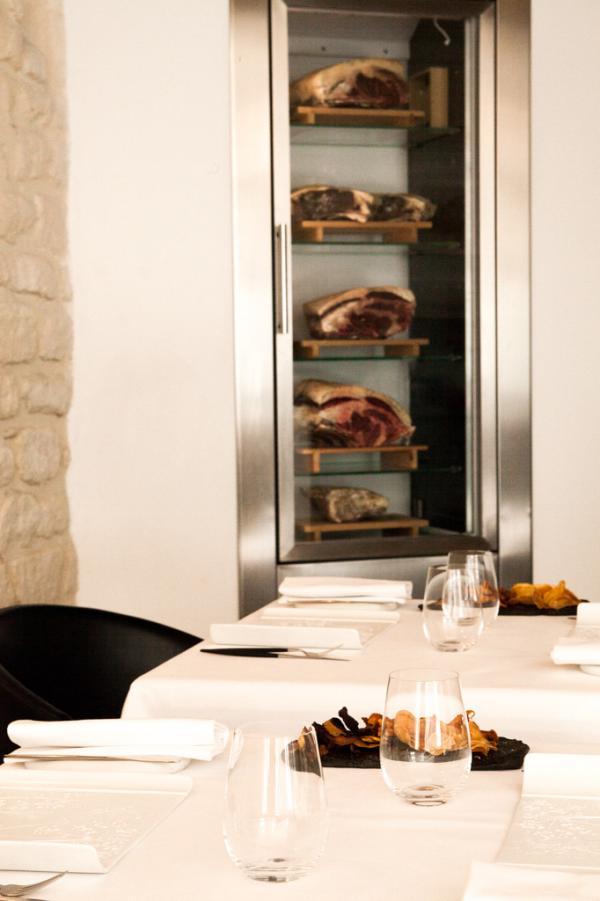 Décoration épurée dans la salle à manger de Pages © Yonder.fr