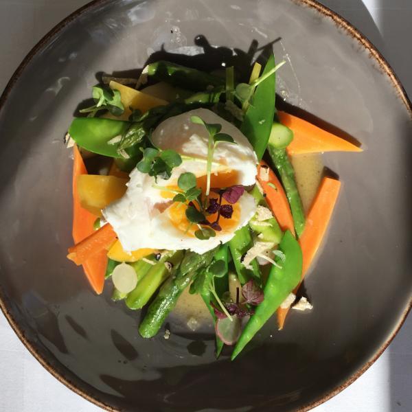 Légumes de saison, asperges et truffe : une entrée printanière réussie | © Yonder.fr