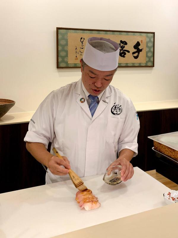 Le chef Takeshi Kawanishi applique la sauce soja au pinceau. © Pierre Gunther