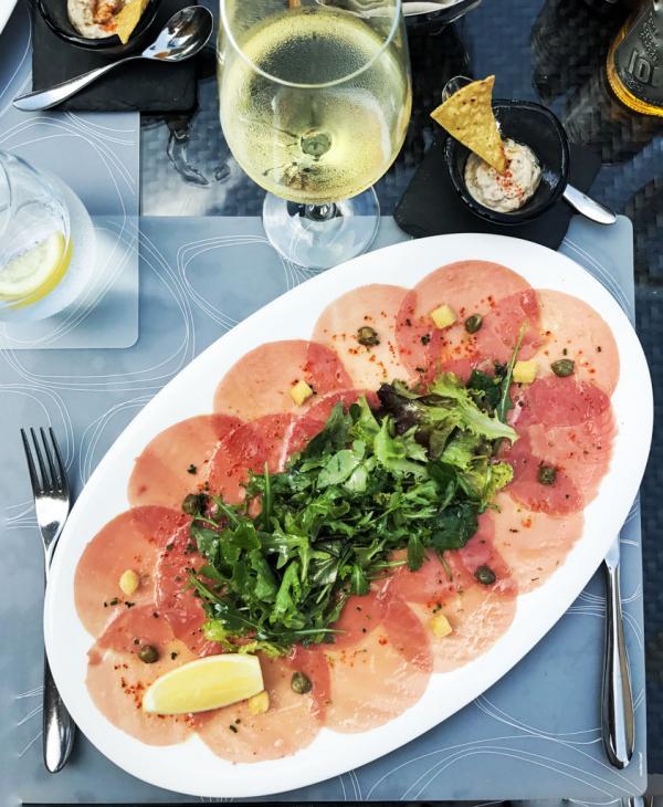 Carpaccio de thon au 101 Dining Lounge & Bar © YONDER.fr
