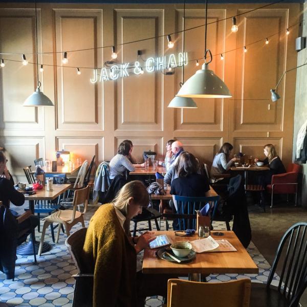 A l'intérieur du très tendance café-resto-bar Jack & Chan | © Yonder.fr