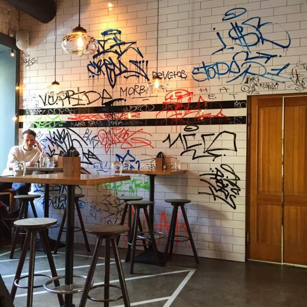 Avec ses tags sur les murs, Jack & Chan est l'un des points de rendez-vous des hipsters Saint-Pétersbourgeois |© Yonder.fr