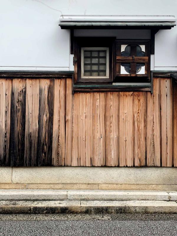 Les murs des maisons sont construits en bois de barques. © Pierre Gunther