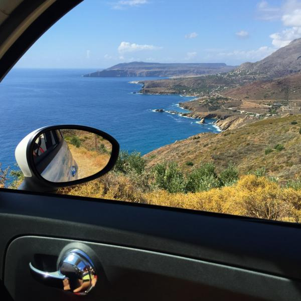 Vue de la voiture sur la côte, près de Vathia © Yonder.fr