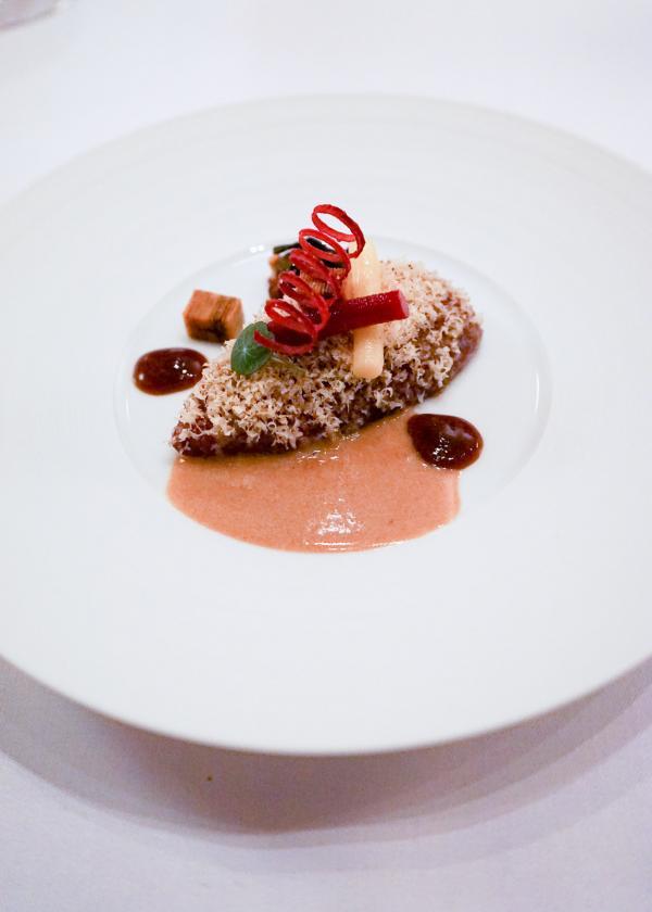 Grouse à l'étouffée de bruyère, praliné, betterave, café grillé © YONDER.fr