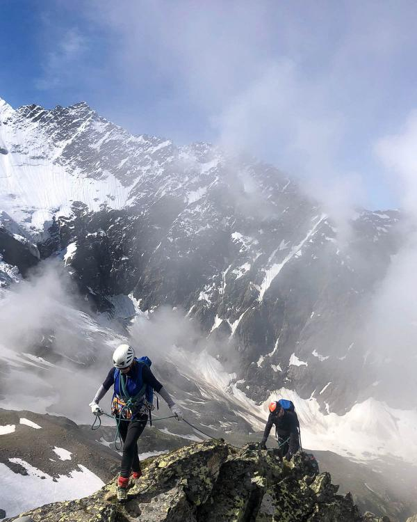 Alpinisme sur l'Arête des Rognes © Julien Pelloux Guides Mont-Blanc