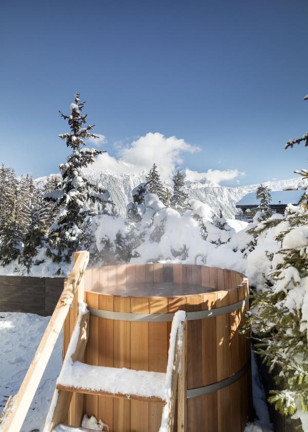 Aman Le Mélézin - Jacuzzi extérieur dans une Suite 'Ski Piste' © Aman