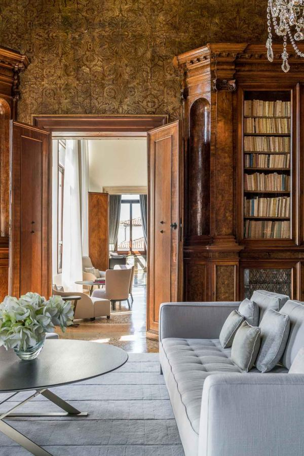 Comme dans toutes les propriétés Aman, on retrouve une bibilothèque, particulièrement somptueuse à Venise © Ama