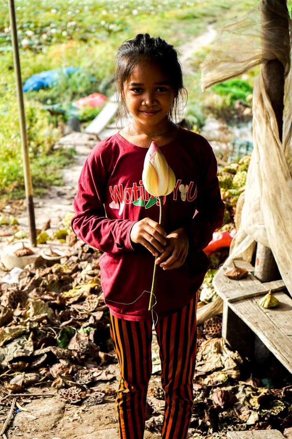 Rencontre avec les autochtones dans les champs de lotus, en direction du lac Tonlé Sap © YONDER.fr