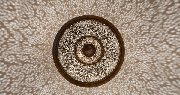 Une somptueuse lampe orientale signée Yahya, artiste installé à Marrakech à la renommée internationale | © Yahya Group
