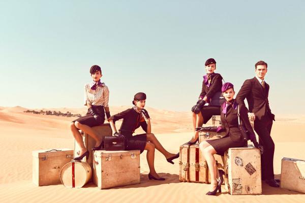 L'équipage Etihad et leurs uniformes, posant dans le désert © Etihad