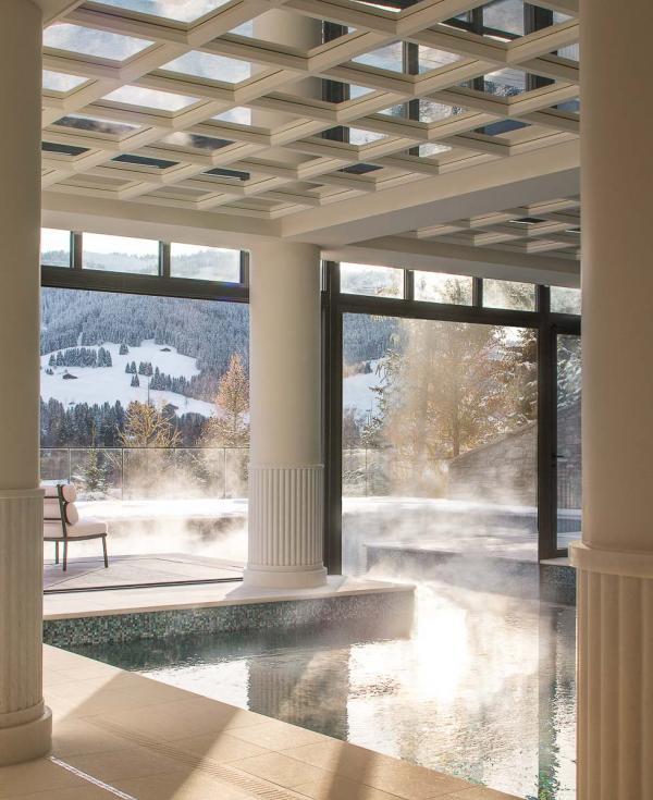 Four Seasons Hotel Megève - Piscine intérieure-extérieure au Spa © Four Seasons