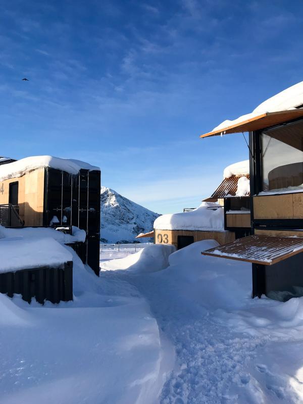 La neige est tombée en abondance cet hiver, recouvrant les caissons d'un épais manteau. La station d'altitude offre des panoramas à couper le souffle. © Pierre Gunther