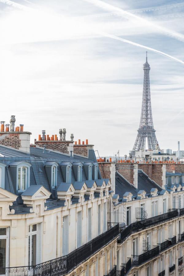 Hôtel Grand Powers – Vue sur la Tour Eiffel et les toits de Paris © DR