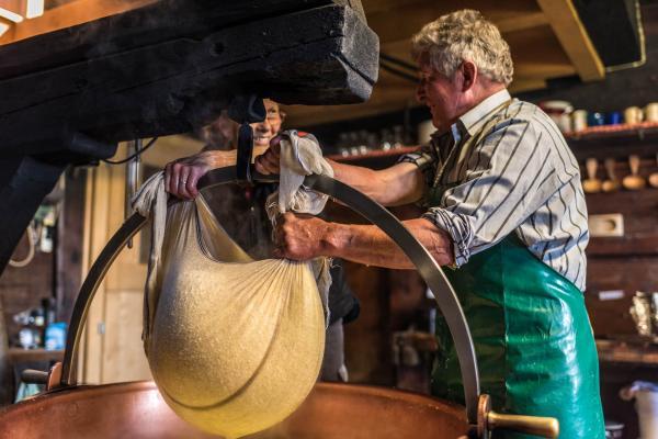 Préparation de fromage © Destination Gstaad.
