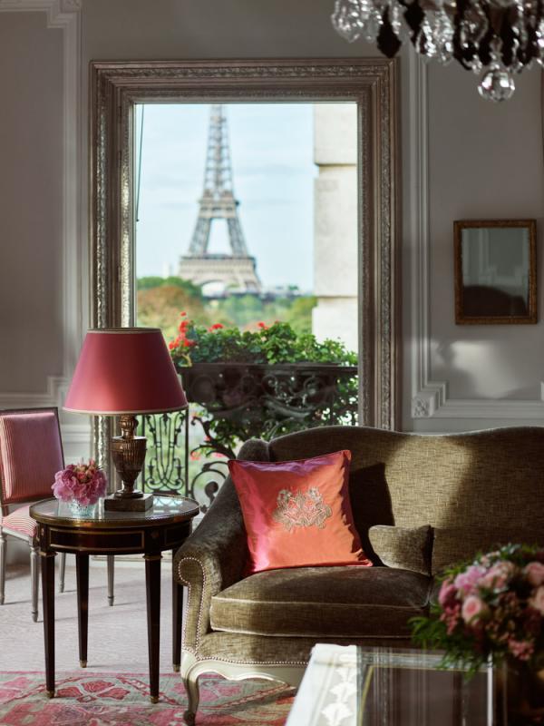 Hôtel Plaza Athénée   Suite Haute Couture et vue sur la Tour Eiffel depuis le salon © Mark Read