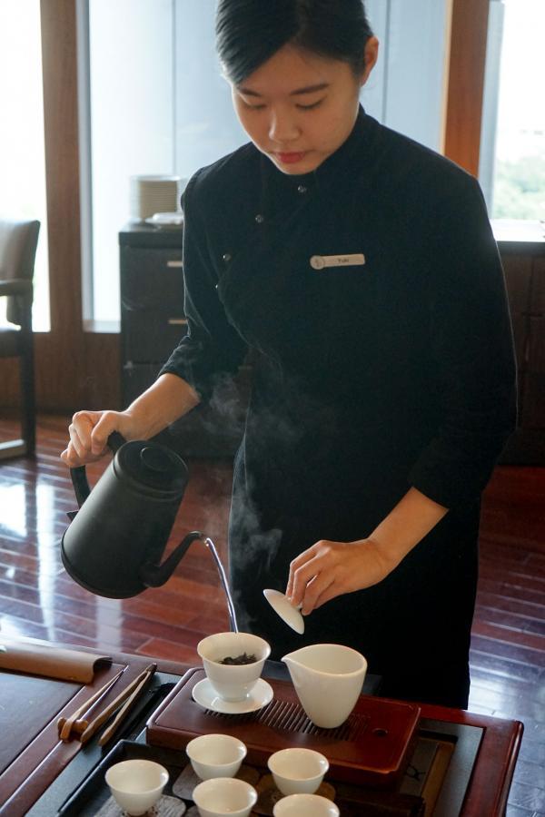 Lung King Heen : le service du thé, gracieux et précis, pendant le déjeuner © MB / YONDER.fr