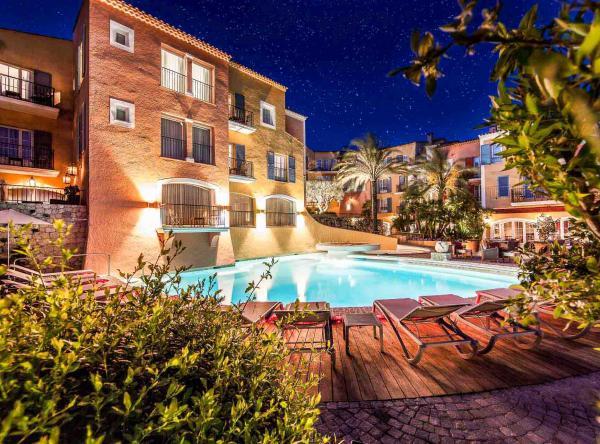 Hôtel Byblos Saint-Tropez – La piscine vue de nuit © DR
