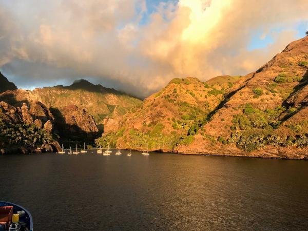 Coucher de soleil sur Hanavave (Îles Marquises) © Mireille Gignoux