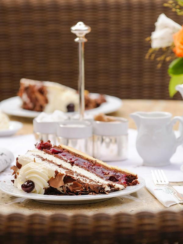 """""""Kaffee, Kuchen"""" avec Forêt Noire à l'hôtel Bareiss, le dessert emblématique de cette région allemande © Bareiss"""