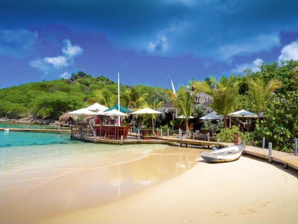 Le restaurant de plage Karibuni sur l'île Pinel © DR