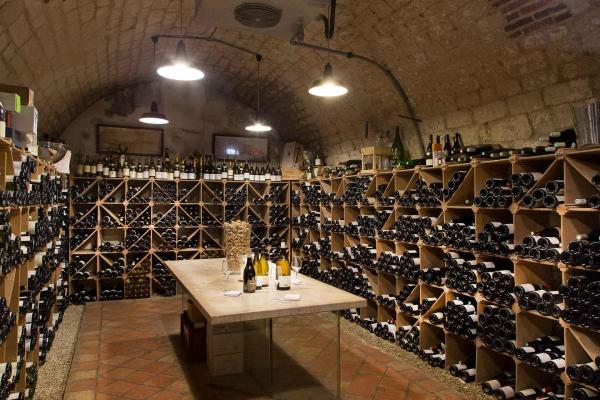 La cave de la Côte Saint-Jacques, riche en vins bio, biodynamiques et natures © Serge Detalle