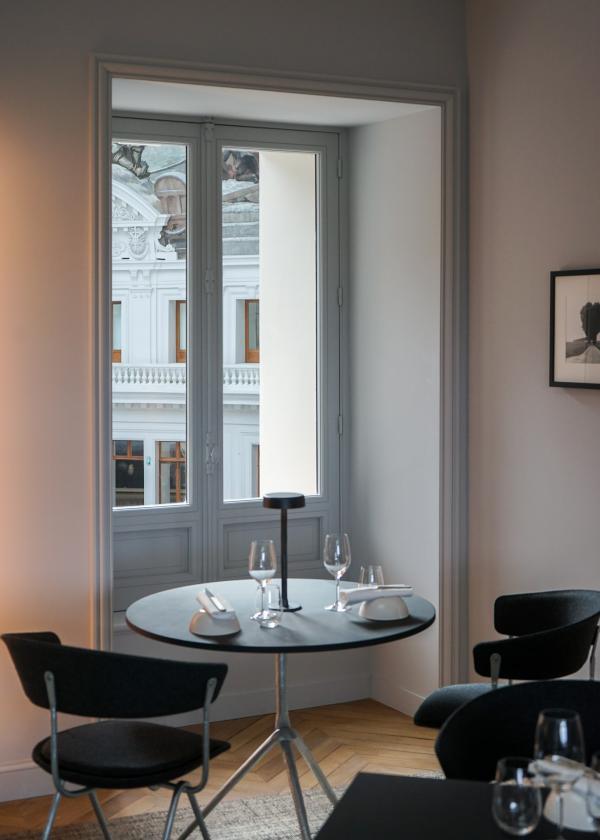 La Halle aux Grains : table avec vue sur la coupole de Bourse de Commerce © MB|YONDER.fr