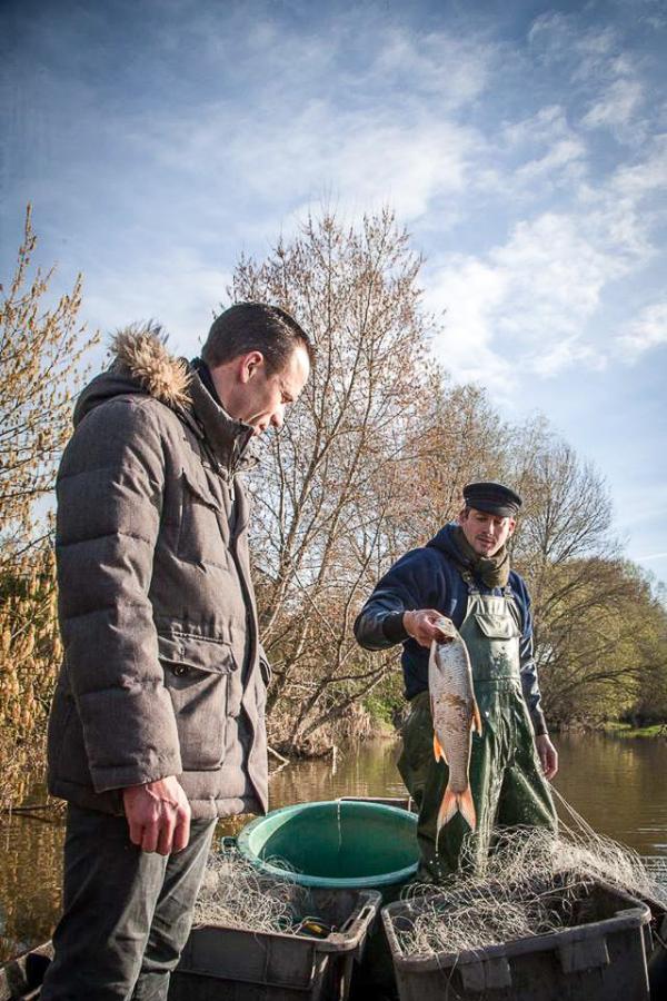 Christophe Hay et le pêcheur ligérien Sylvain Arnoult © Julie Limont