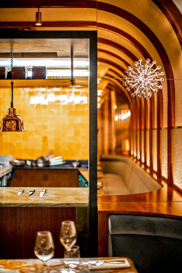 Restaurant La Scène de Stéphanie Le Quellec — La cuisine ouverte du restaurant gastronomique © Benoit Linero