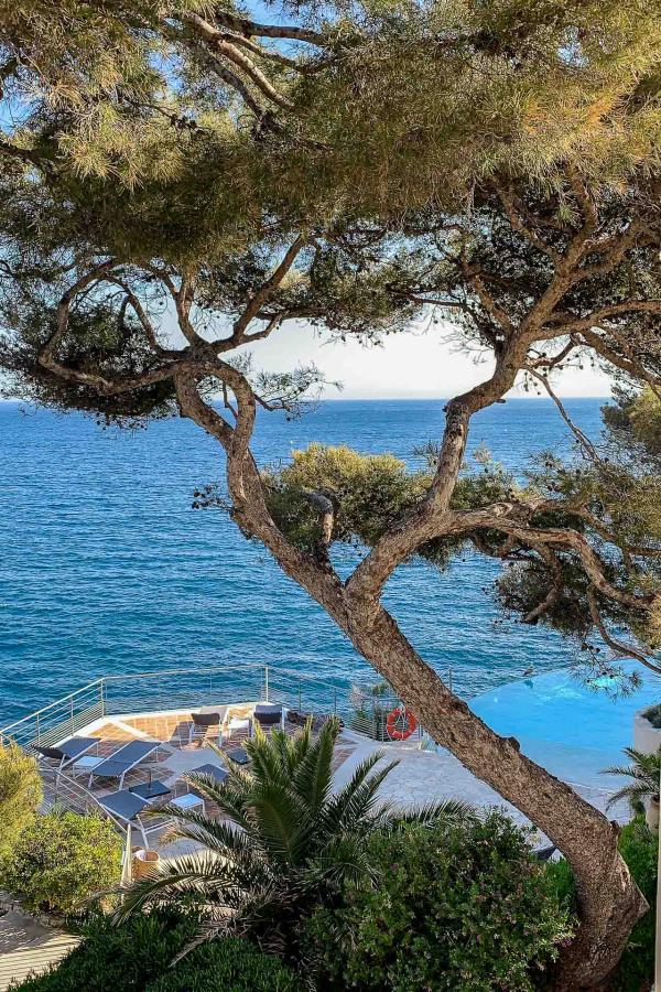 Les Roches Blanches - Vue sur la Méditerranée depuis le jardin de l'hôtel © YONDER.fr