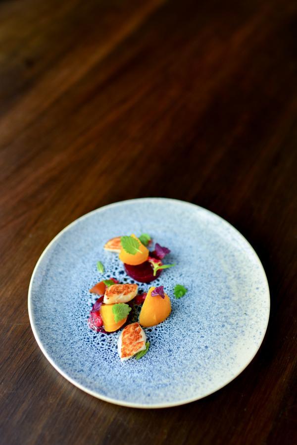"""Dans le restaurant Lysverket, Christopher Haatuft développe une cuisine personne dite """"néo-fjordique"""" © Bonjwing Lee"""