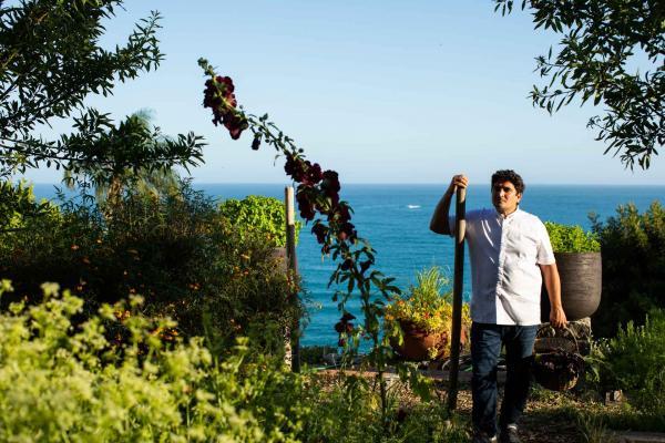 Le chef Mauro Colagreco dans son jardin © Matteo Carassale