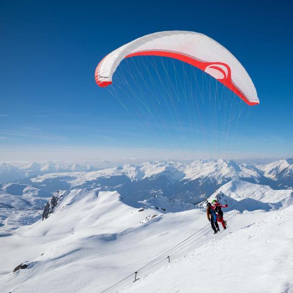 Initiation au parapente à La Plagne face aux montagnes © P. Augier