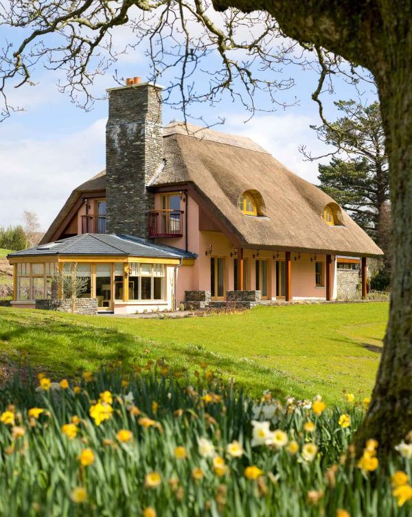 Le Marrianne's Cottage avec son toit de chaume et sa grande cheminée en pierre © DR