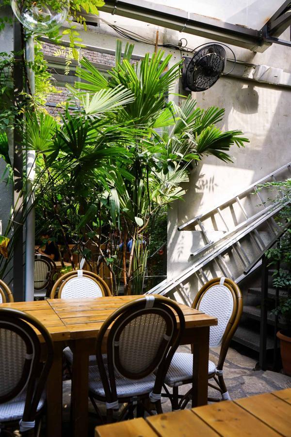 La charmante cour du restaurant Alubali, où déguster des classiques de la cuisine géorgienne remis au goût du jour © MB/YONDER.fr