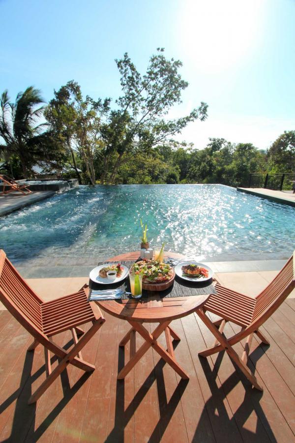Déjeuner au bord de la piscine © The Funny Lion