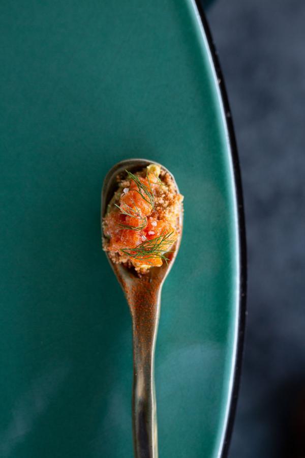 Tortuga | Cuillère de crumble au romarin, crème d'avocat au citron vert, brunoise de saumon © The Social Food