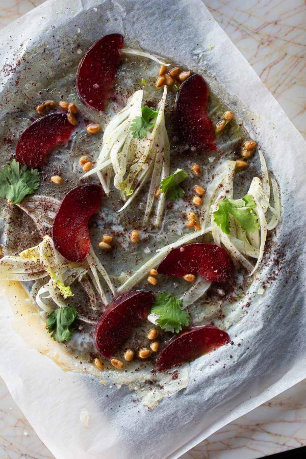 Tortuga | Carpaccio de dorade royale en dentelle, fenouil croquant, prune fondante © The Social Food