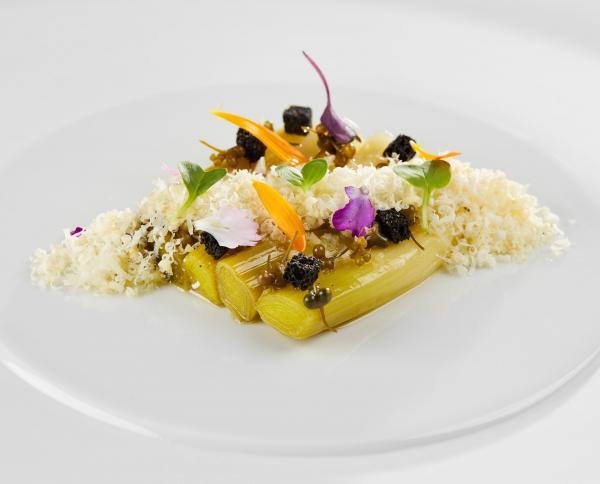 Mini poireau, ail des ourse, fromage de chèvre, vinaigrette © Karine Faby
