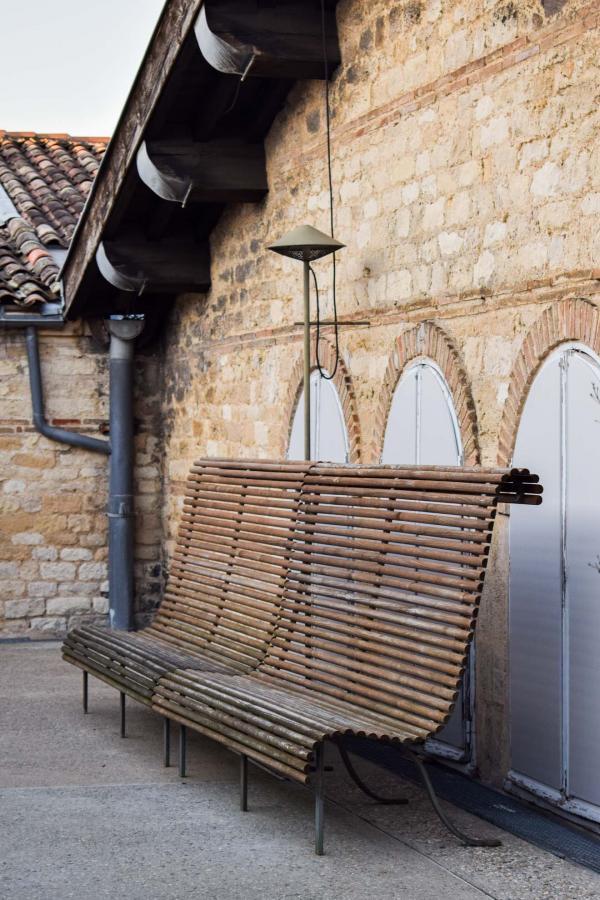 Le mobilier créé par Andrée Putman sur le toit-terrasse du CAPC © YONDER.fr