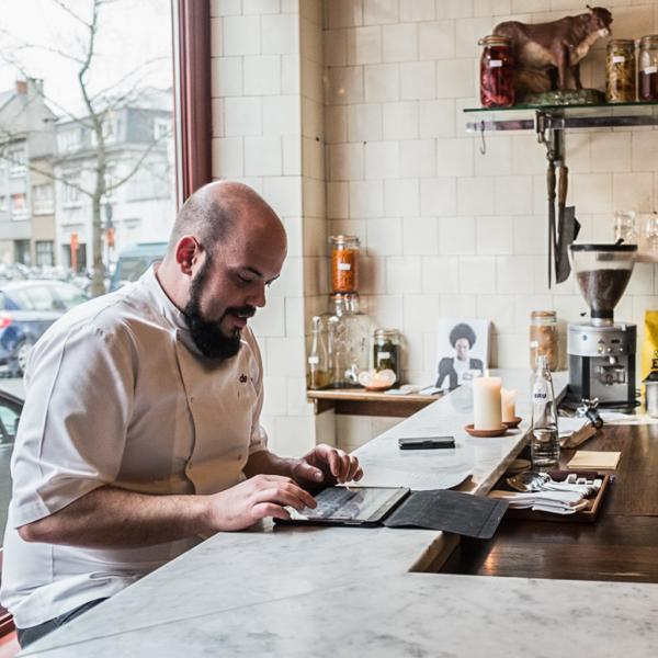 Kyle Aboland, cuisinier bourlingueur canadien, a posé ses valises chez De Vitrine. Il est le chef du restaurant supervisé par Kobe Desramaults © Yonder.fr