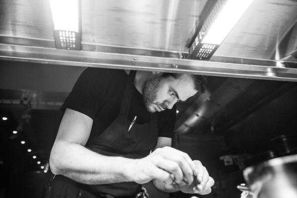 Le chef Olly Ceulenaeredans les cuisines de son restaurant, Publiek © Piet De Kersgieter