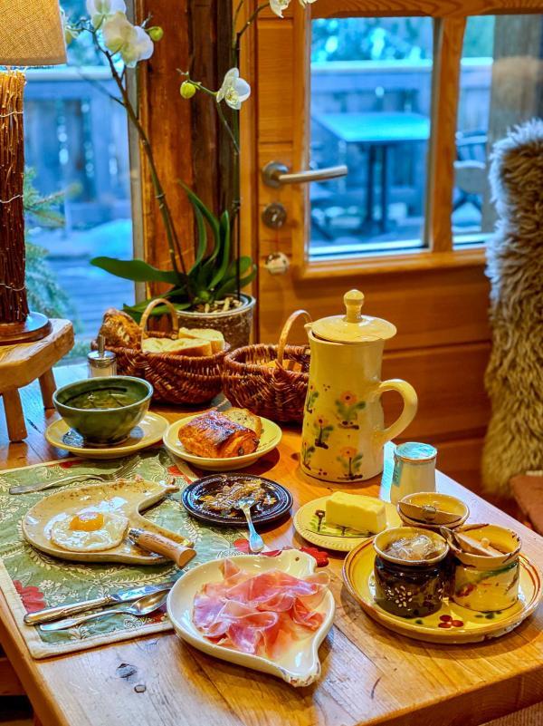 Les chalets hôtel de la Croix Fry —Petit-déjeuner. © Emmanuel Laveran.