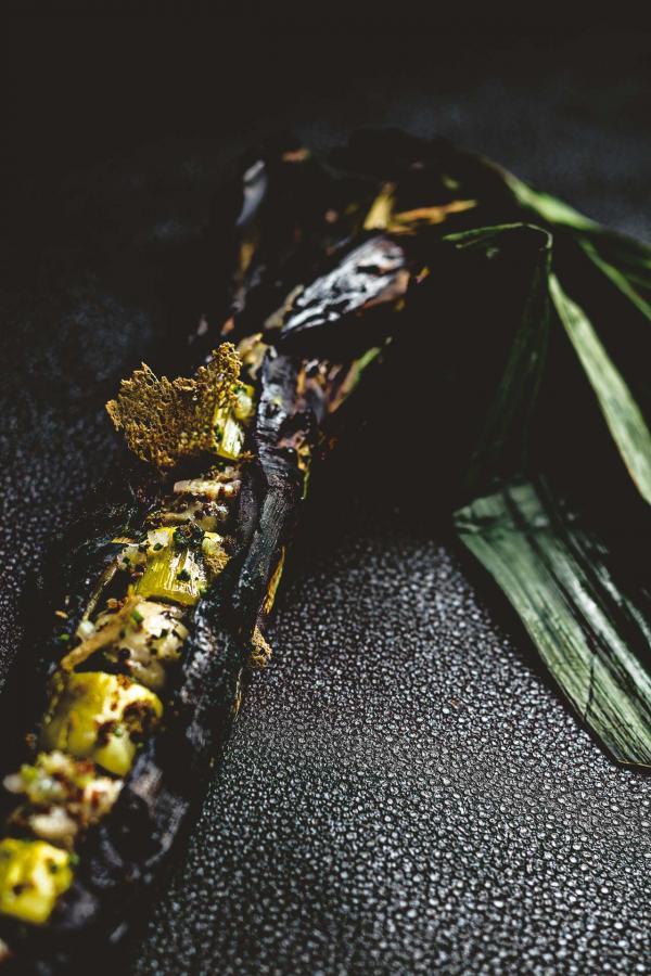 Poireaux cuits au gril, beurre d'algues, cébette et citron, tartare d'huîtres Perle Blanche © Benoit Linero