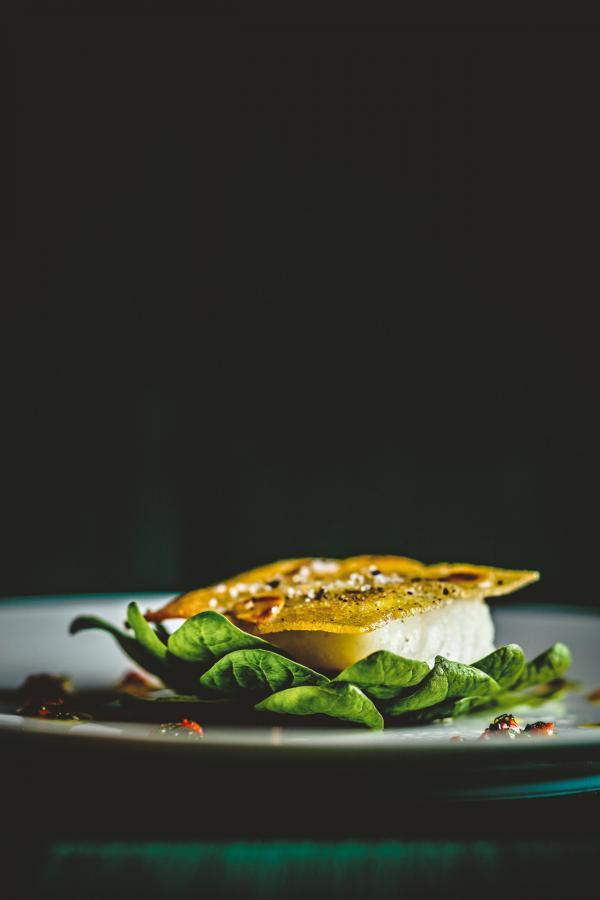 Merlan de Saint-Gilles-Croix-de-Vie en croûte de pain de mie, tétragone mi-cuite à l'huile de curry © Benoit Linero