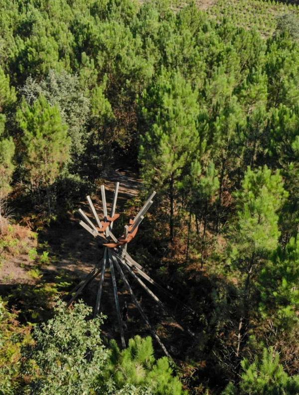"""Forêt d'Art Contemporain – œuvre """"Cœur chaud Bois d'Aquitaine"""" par Émilie Perotto, 2011 © DR"""