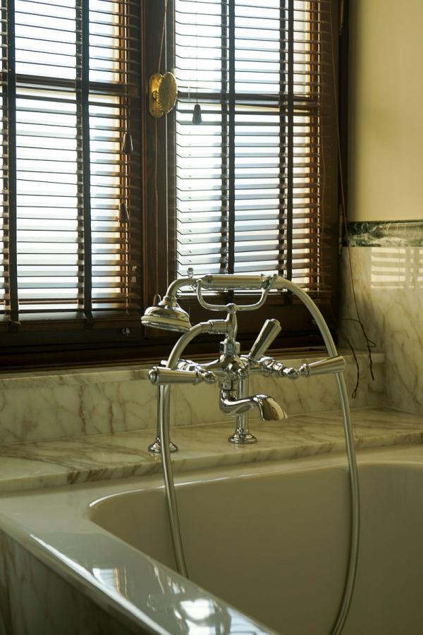 Four Seasons Hotel Firenze | Détails dans une salle de bain © MB|YONDER.fr