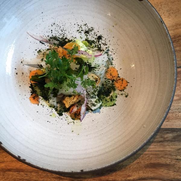 Huîtres et légumes de saison : entrée servie chez Publiek © Yonder.fr