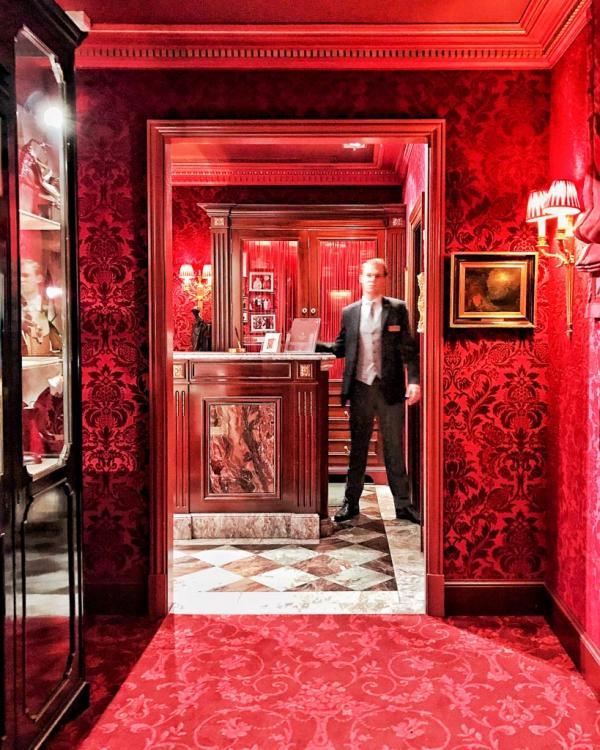Arrivée à la réception, un décor rouge et intimiste © YONDER.fr