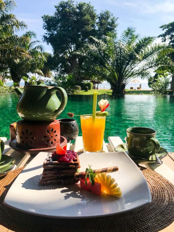 Petit-déjeuner au bord de la piscine © Camille Weyl
